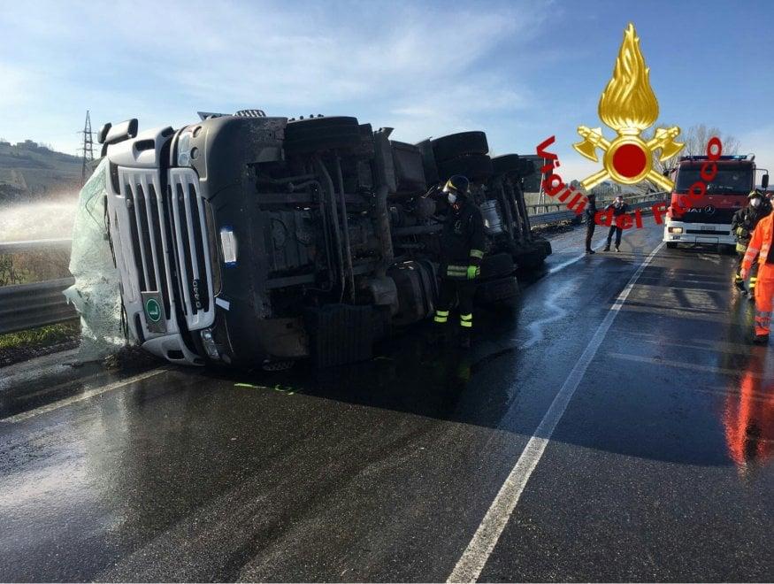 Camion si ribalta in Valdelsa: trasportava ipoclorito di ...