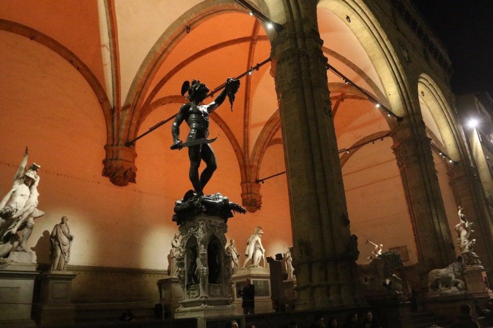 Firenze, perché la Loggia de' Lanzi si colora di rosso?