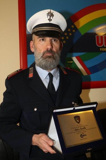 Firenze, premiato il vigile urbano che salvò la ragazza in Arno