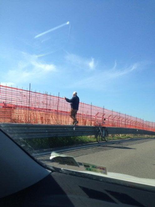 """Scandicci, il pensionato è """"acrobatico"""": per osservare il cantiere sale sul guard rail"""