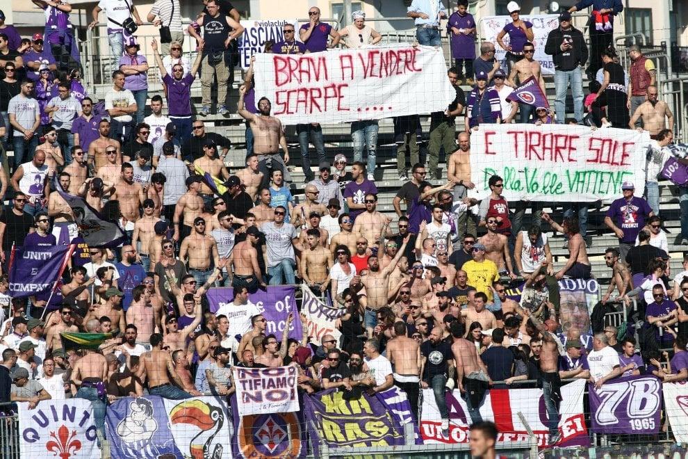 Crotone-Fiorentina, gli striscioni contro i Della Valle