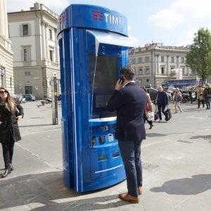 Chiamate, ma anche wifi e ricariche: a Firenze la prima cabina telefonica del futuro