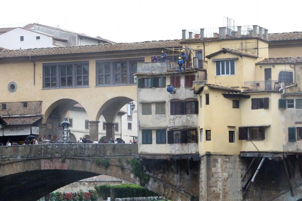 Firenze, restauro acrobatico sul Ponte Vecchio