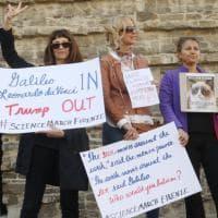 Firenze, cartelli e slogan nella marcia degli scienziati a difesa del Pianeta