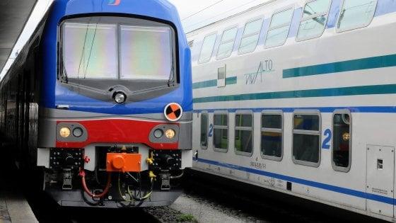 Treno urta escavatore in un cantiere per il raddoppio della ferrovia