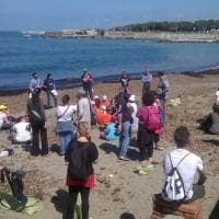 Livorno, studenti e cittadini puliscono le spiagge
