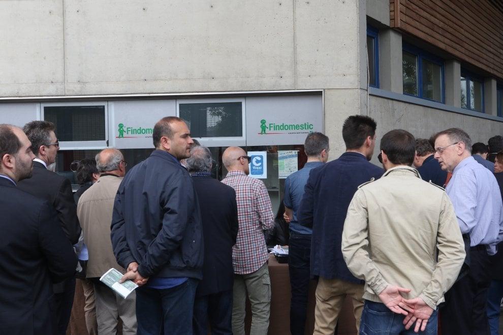 Firenze, i fans di Benji e Fedi in coda accanto ai soci di Chianti Banca