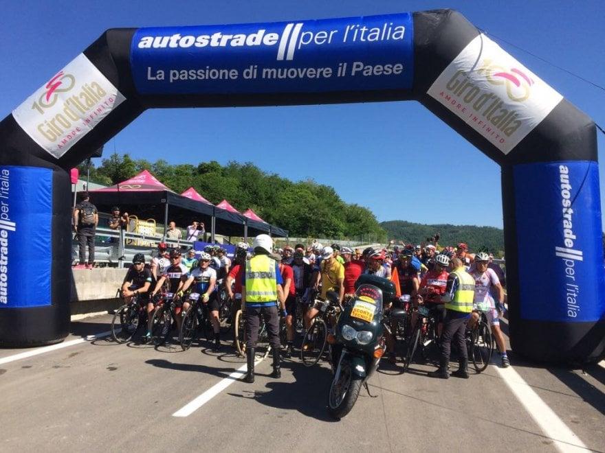 Barberino, il Giro d'Italia entra in autostrada per la prima volta nella storia