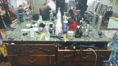 Il parrucchiere nel salotto: altre due attività abusive scoperte a Prato