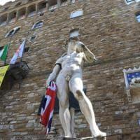 Manchester, la bandiera del Regno Unito in mano al David