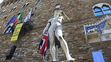 Manchester, la bandiera del Regno Unito  in mano al David in piazza Signoria