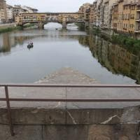 Firenze, troppi selfie spericolati: barriere sul ponte Santa Trinita