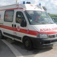 Empoli, bloccato nell'auto ribaltata, lo salvano i pompieri