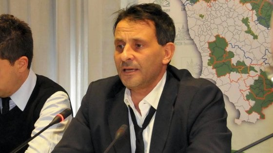 Con i soldi pubblici comprava iPad e cappotti da 800 euro: arrestato il sindaco di Pescia
