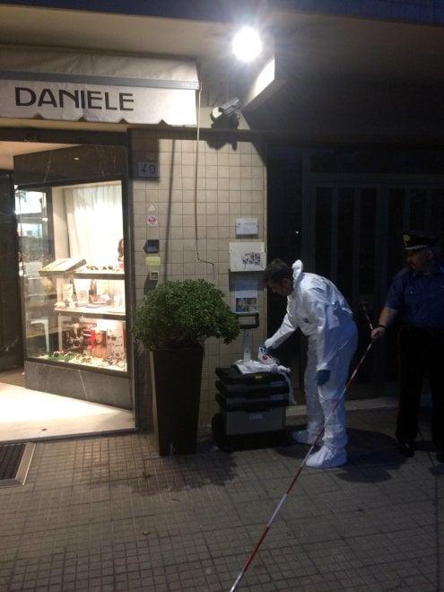 Pisa, rapina in gioielleria: bandito ucciso dall'orefice