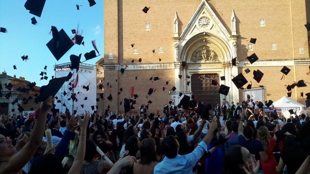 """Università di Siena, lancio del tocco per più di 500 laureati al """"Graduation Day"""""""