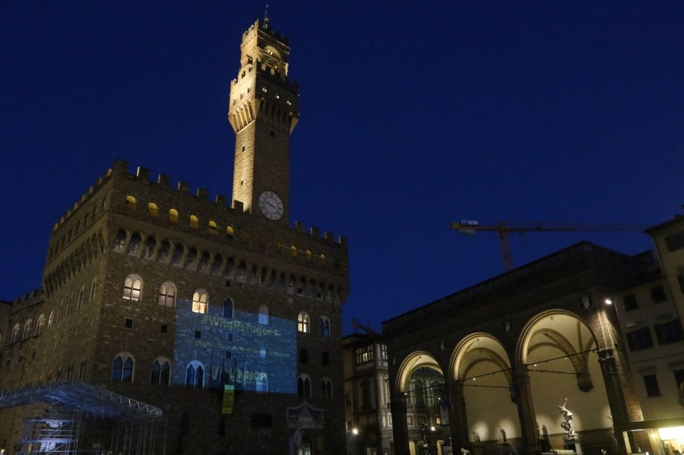La scritta di luce su Palazzo Vecchio per la Giornata del rifugiato