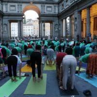 Firenze, la festa dello yoga nel piazzale degli Uffizi