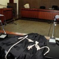 Arezzo, stop a ciabatte e abiti succinti in tribunale