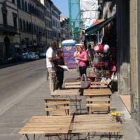 Firenze, tavolini e insegne abusive in via Cavour