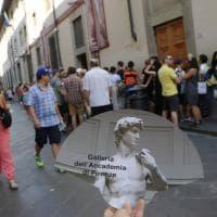 Firenze, ventagli antibagarino all'Accademia