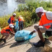 Gli immigrati al lavoro per pulire le rive dell'Arno