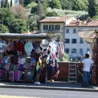 """Firenze, il """"muro"""" delle bancarelle sul lungarno della Zecca"""
