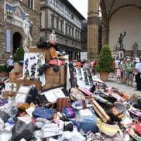 La montagna dei falsi in piazza Signoria: boom di sequestri a Firenze