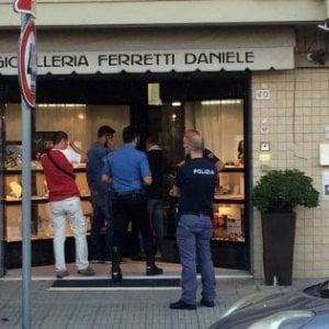 Pisa, rapinatore ucciso da orefice: presi tre complici del bandito