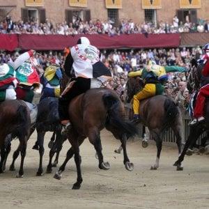 Maltrattavano cavalli, tre fantini del Palio di Siena a processo