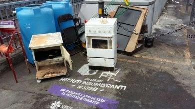 Firenze, la beffa dei rifiuti ingombranti: abbandonati sulla scritta del Comune