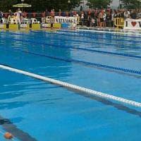 Pontedera, in piscina con la tunica: la bagnina la fa uscire