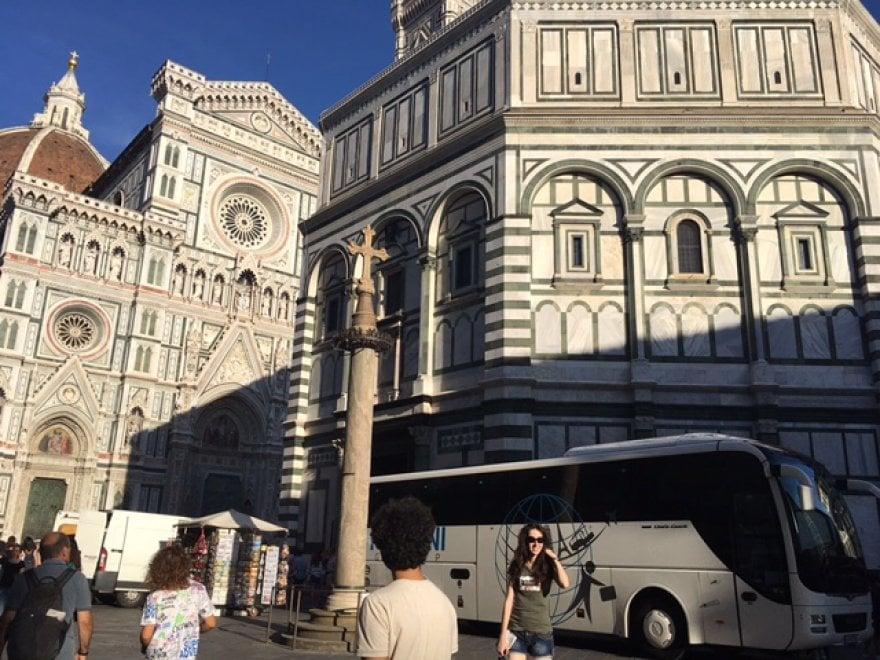 Firenze, un pullman in piena zona pedonale scarica i turisti al Battistero: multa e polemiche