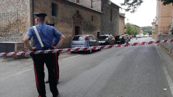 Accoltella autista di un bus a Monteriggioni, poi si scaglia contro i carabinieri che sparano: è ferito a una gamba