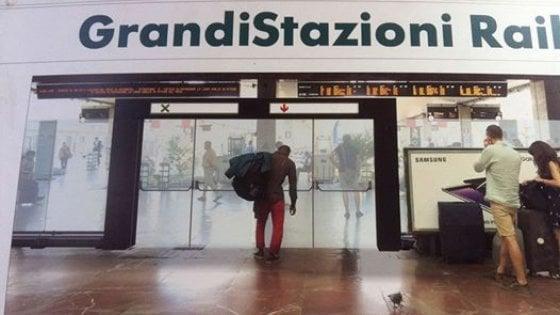 """Tornelli in stazione a Firenze, polemiche per la foto di Ferrovie: """"E' indegna e razzista"""""""