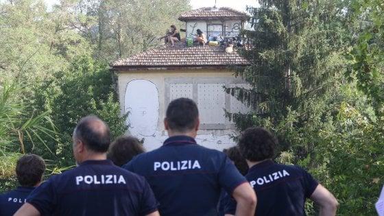 Firenze, otto arresti fra gli anarchici per gli attentati a una libreria e alla caserma dei carabinieri