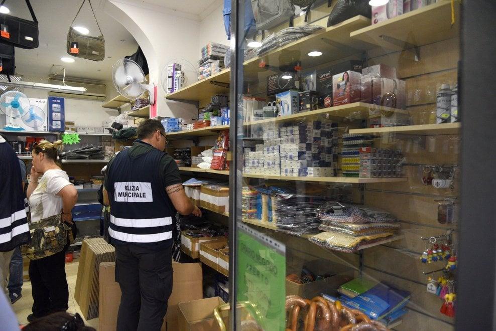 Firenze, il gran bazar di via Nazionale dove si rifornivano i venditori abusivi