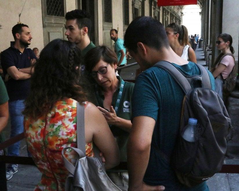 Firenze, chiusi Uffizi per un guasto all'impianto di condizionamento: i visitatori con 40° di caldo in attesa fuori