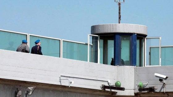 Uno brucia il materasso, l'altro tenta di suicidarsi: giorni difficili nelle carceri toscane