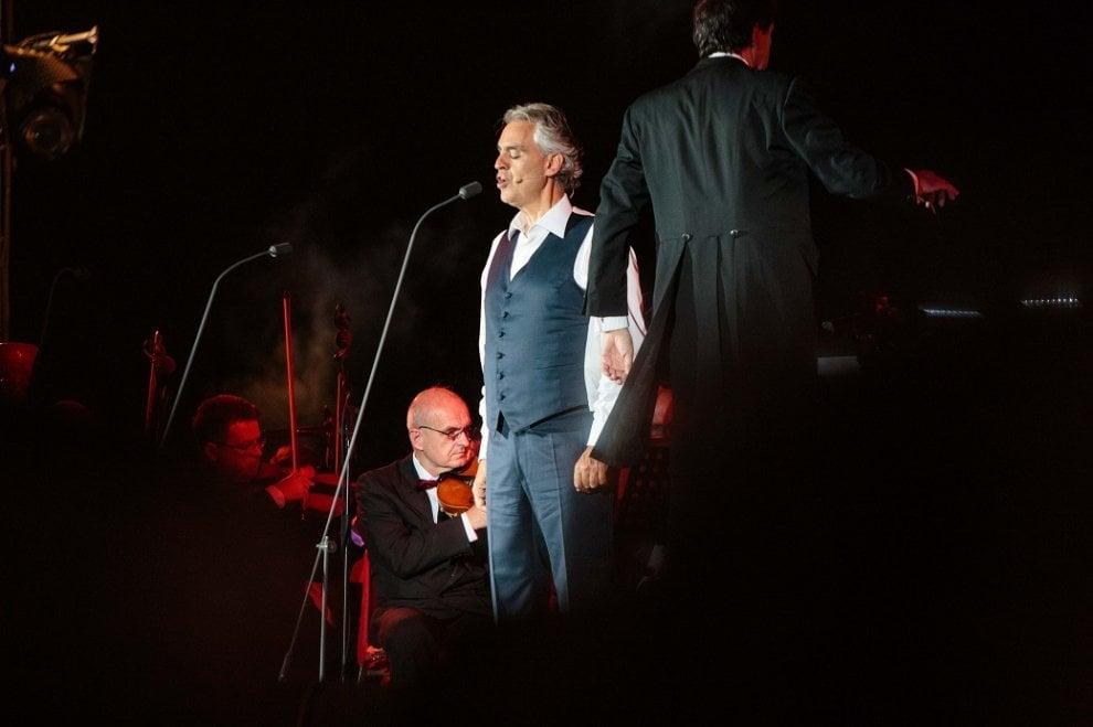 Dietro le quinte del Teatro del Silenzio: abiti di carta per lo spettacolo di Bocelli