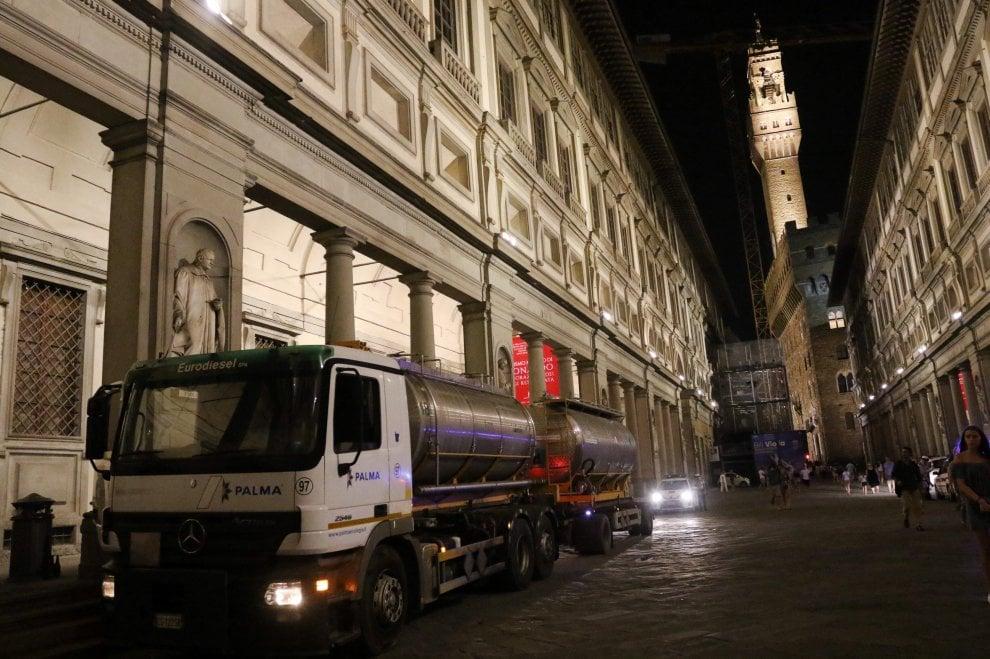 Firenze, il viaggio dell'autobotte verso gli Uffizi