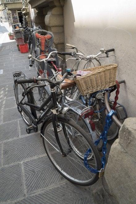 Ammucchiate e senza spazi, la sosta selvaggia della bici