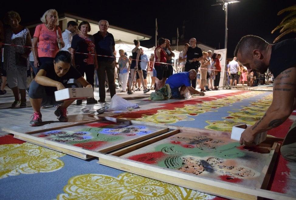 Lido di Camaiore, lo spettacolo dei tappeti di segatura sul lungomare