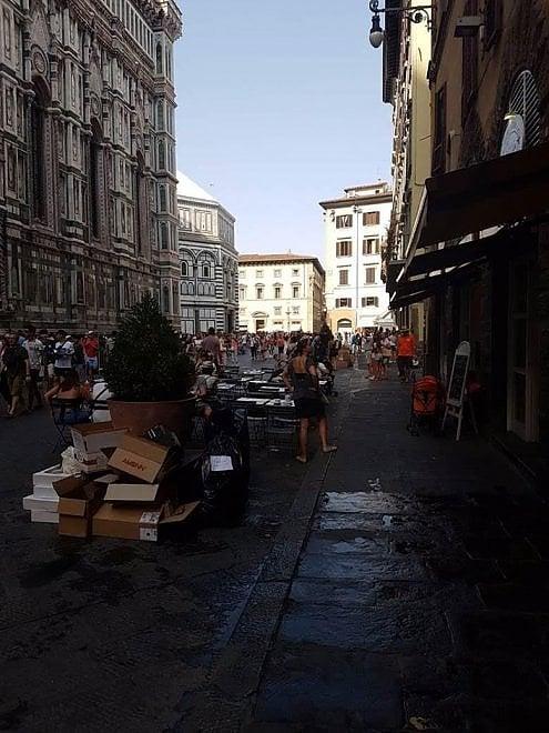 """Firenze, la fotodenuncia di una goiellieria: """"Al Duomo rifiuti ritirati solo in tarda mattinata"""". La replica: """"E' l'orario di raccolta"""""""