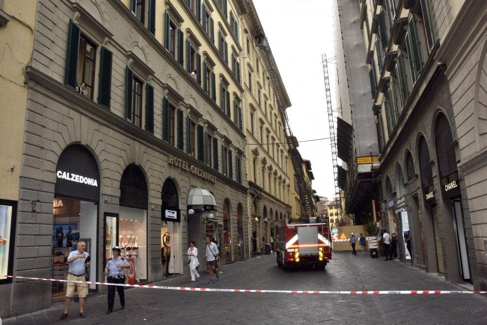 Firenze, chiusa via dei Calzaiuoli per il crollo di un cornicione