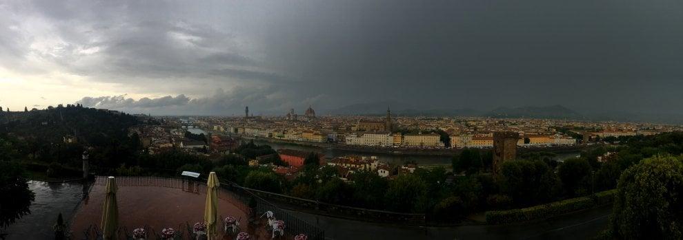 Firenze, notte all'ora di pranzo prima del temporale