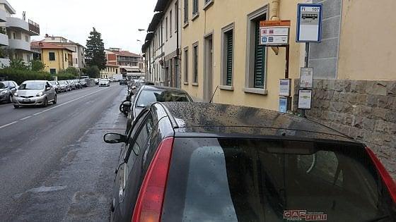 L'invasione delle auto a Firenze: così la fermata del bus diventa un parcheggio