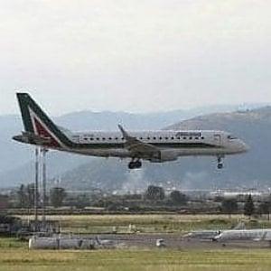 Il vento ferma i voli agli aeroporti di Firenze e Pisa