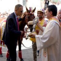 Palio di Siena, la benedizione del cavallo della contrada di Valdimontone
