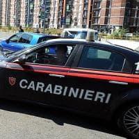 Firenze, signora viene derubata della borsa e si aggrappa all'auto in corsa: